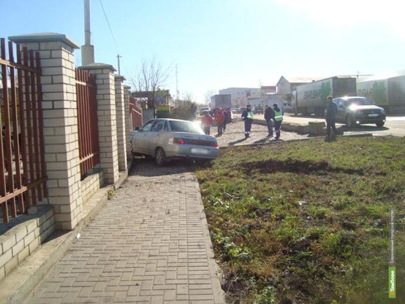 В Тамбове автоледи на «десятке» протаранила забор