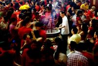 Китайцы встретили год Змеи фейерверками и танцами с фонарями