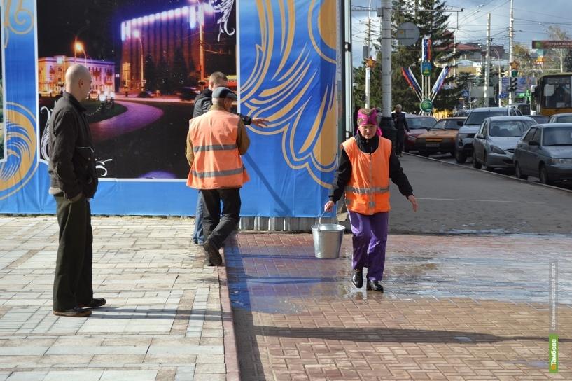 В центре Тамбова отмывают тротуарную плитку