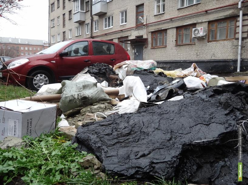Подрядчики завалили парковку строительным мусором