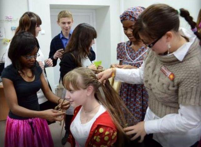 Иностранцы научили тамбовских студентов плести афрокосы