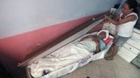 В память о дружбе бразилец 23 года спит в гробу