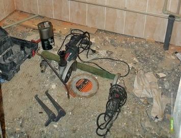 В Мичуринске вор утащил строительные инструменты через открытое окно