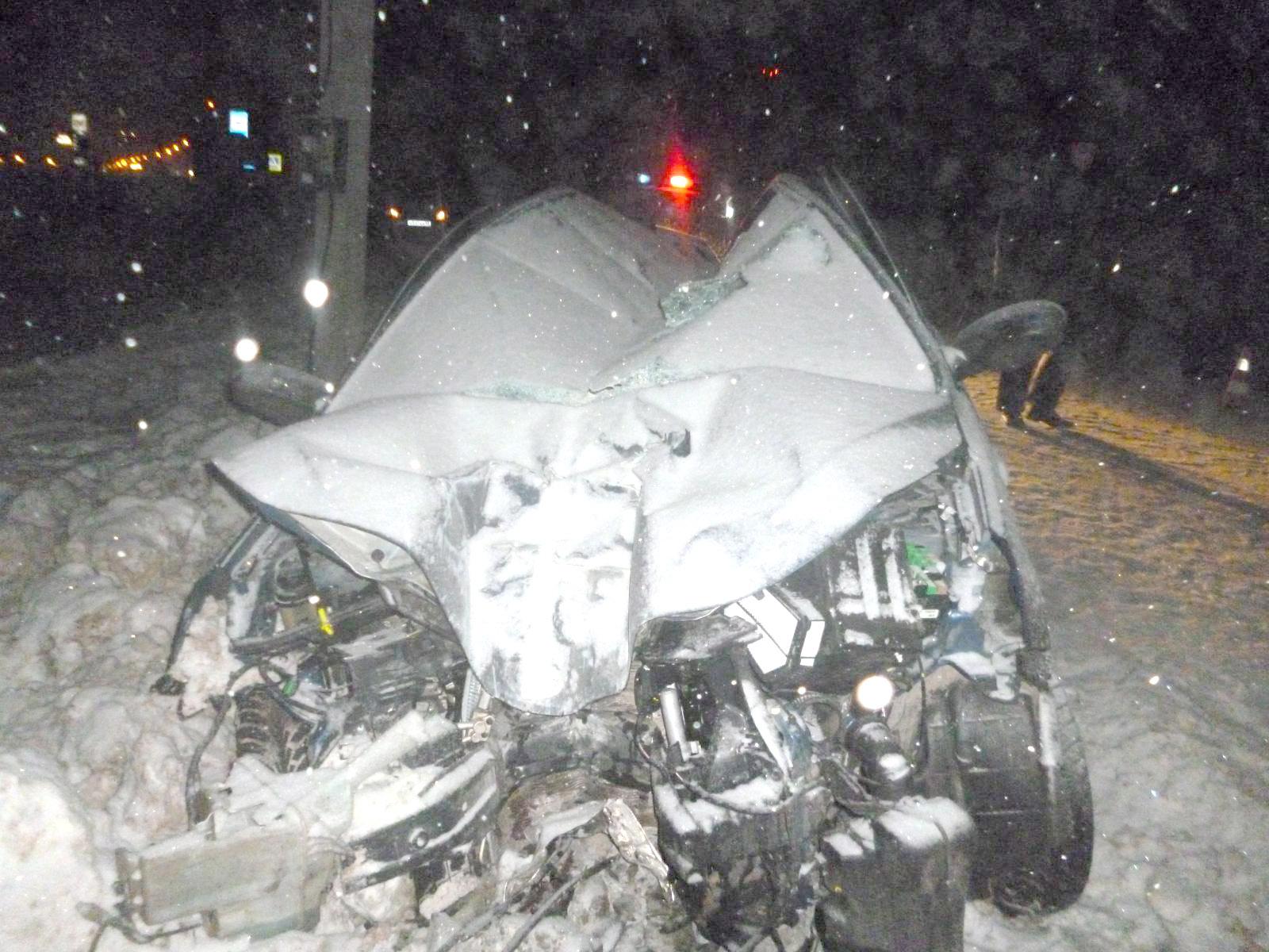 Под Тамбовом иностранная машина врезалась вопору линии электропередач