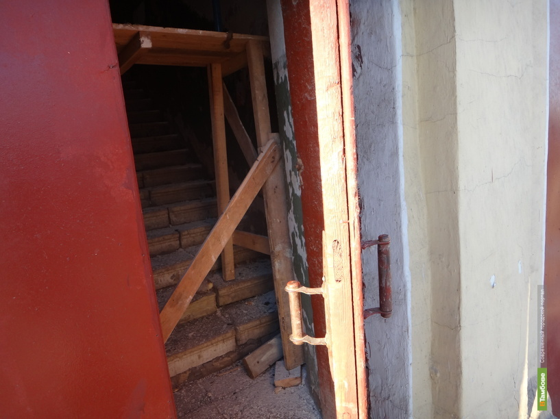 Рабочие забаррикадировали путь в квартиры тамбовчан