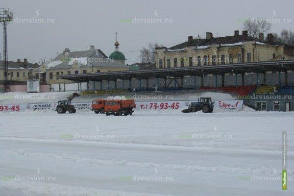 На главной футбольной площадке Тамбова в срочном порядке убирают снег