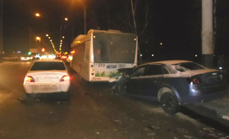 Две легковушки и два автобуса протаранил водитель без прав на Audi А4
