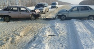 На заснеженной дороге столкнулись два ВАЗа