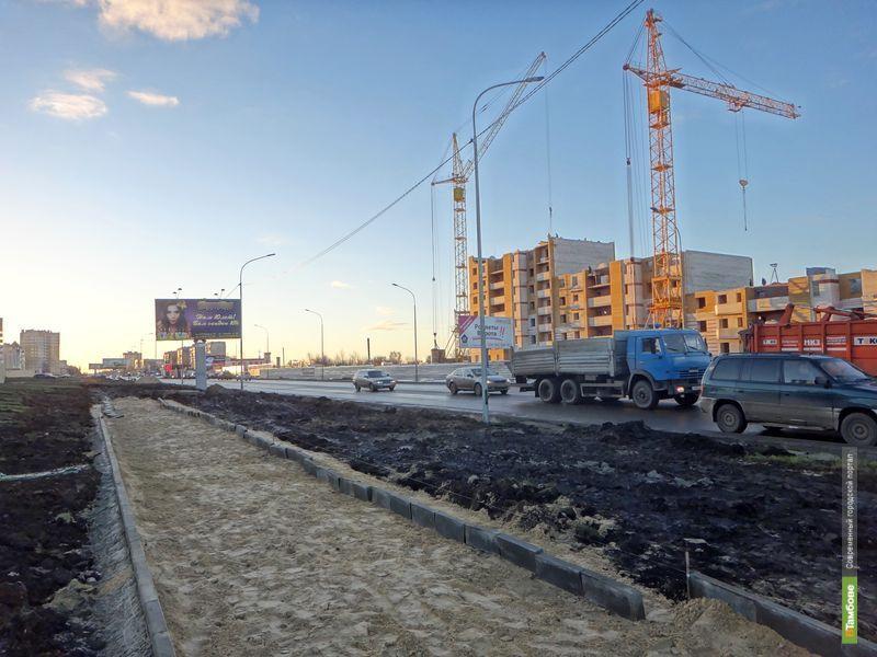 Вдоль улицы Мичуринской насыпали песчаную дорожку