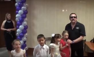 Малыши подпевали: экс-солист «Бутырки» спел блатняк на свадьбе. Видео