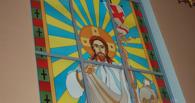 В алтаре Свято-Троицкого храма установили новый витраж