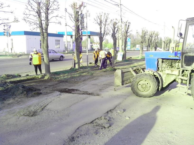 Народная новость: На Бульваре Энтузиастов ровняют газоны