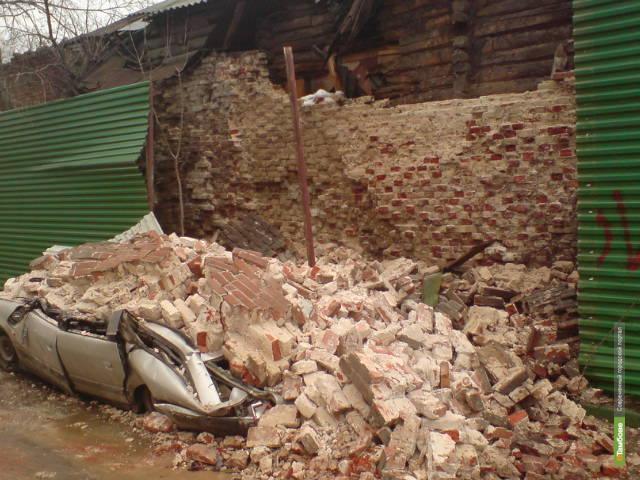 В Тамбове иномарку расплющило стеной ветхого здания