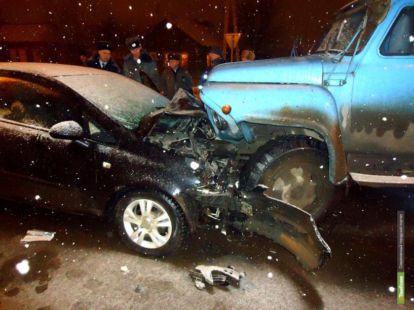 В Рассказово в столкновении легковушки и грузовика погиб человек