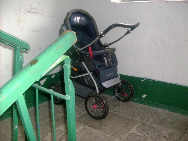 Пьяная парочка украла из подъезда три коляски