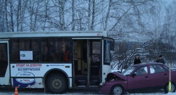 Под Тамбовом «десятка» врезалась в пассажирский автобус