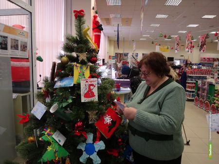 Сотрудники тамбовского Детского фонда украсили новогоднюю елку письмами