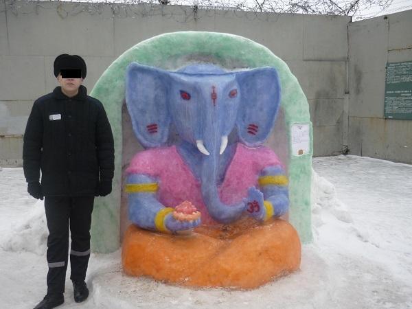 Заключенные слепили из снега получеловека-полуслона