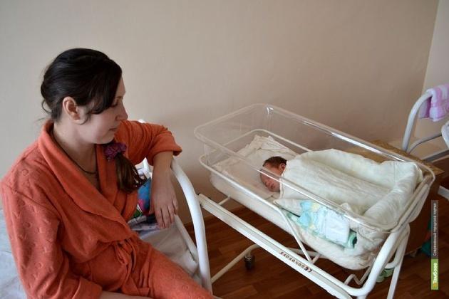 Депутаты оставили тамбовчанам сертификаты на товары для новорожденных