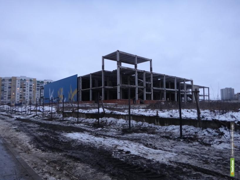 Недостроенный торговый центр на улице Чичерина снесут