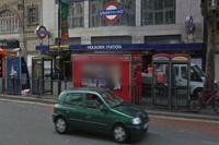 В центре Лондона здание рухнуло на припаркованный автомобиль