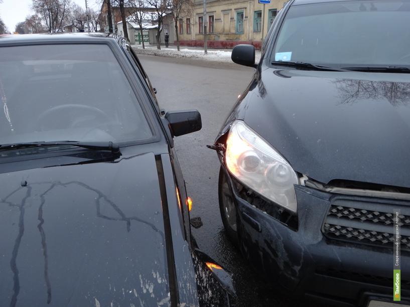 Два авто не разъехались на тамбовском перекрестке