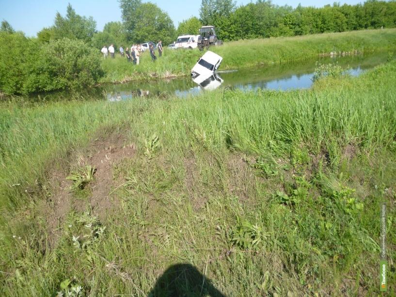 Под Тамбовом «копейка» упала в реку