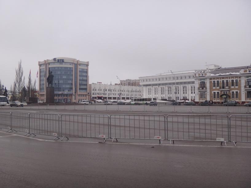 На Ленинской площади «прикрыли» стихийную парковку