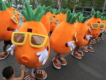 Толпа танцующих гигантских морковок позвала китаянку замуж