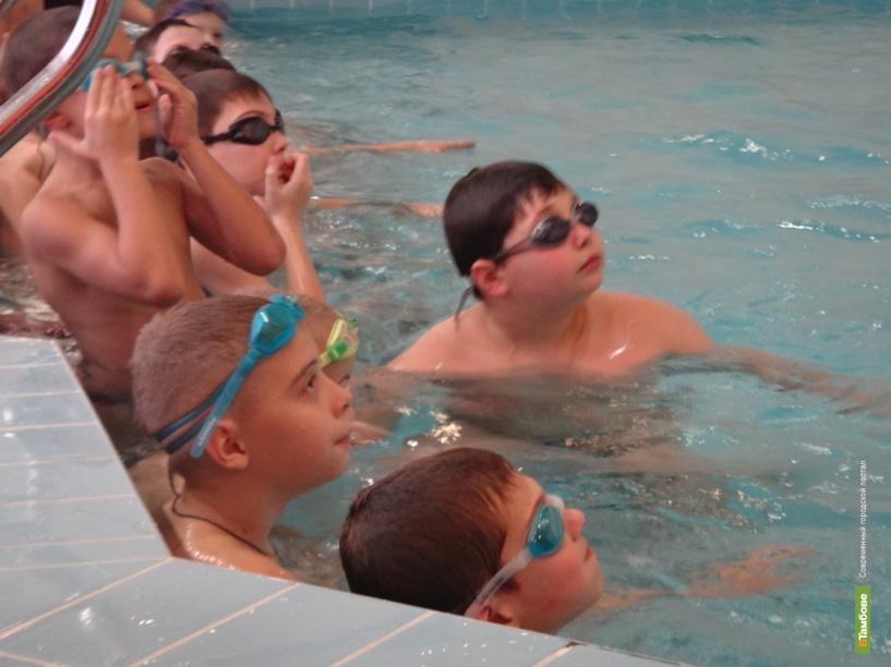 Протечку воды в бассейне «Дельфин» пообещали устранить