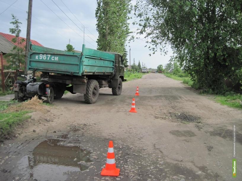 В Кирсановском районе мотоциклист въехал в грузовик