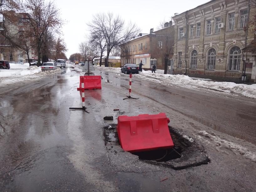 В центре Тамбова на дороге образовалась большая дыра