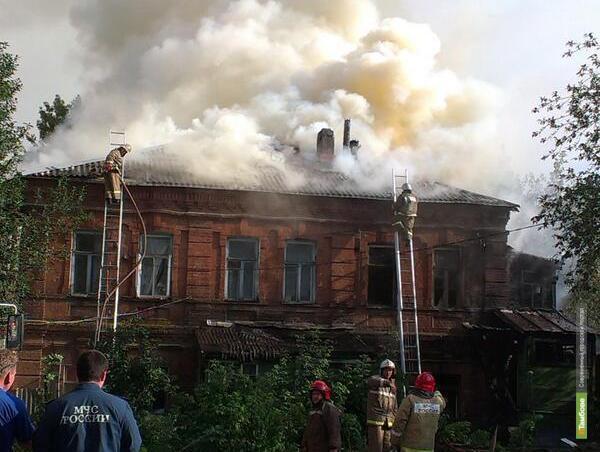 На одной из центральных улиц Тамбова загорелся жилой дом