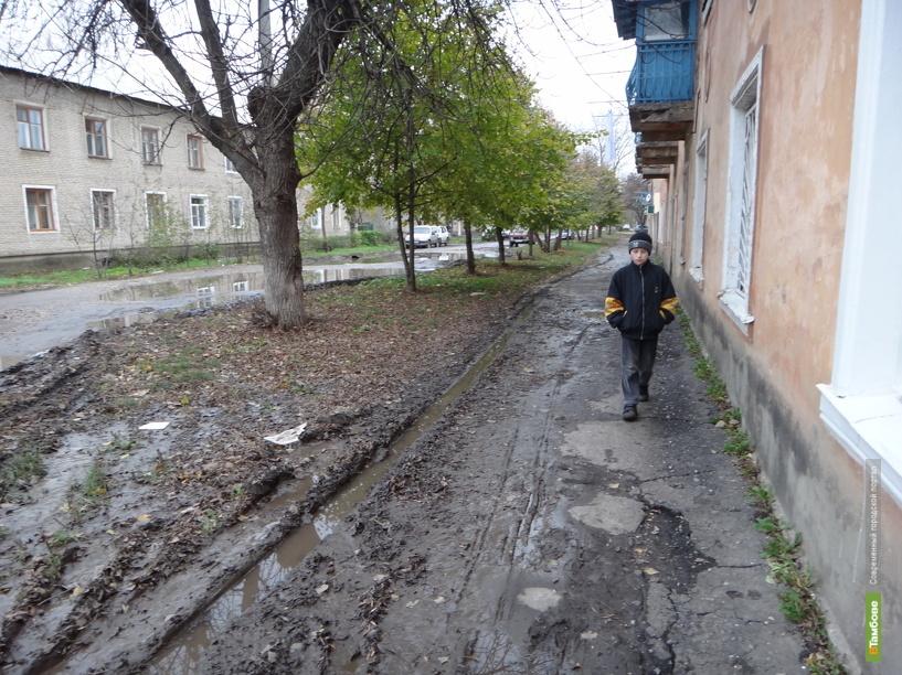 В Тамбове машины начали ездить по тротуару