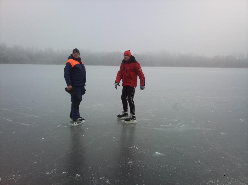 Спасатели патрулируют замерзшие водоёмы на коньках