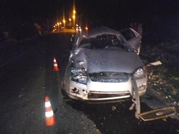 Иномарка перевернулась и врезалась в столб: пассажир выпал из машины и погиб