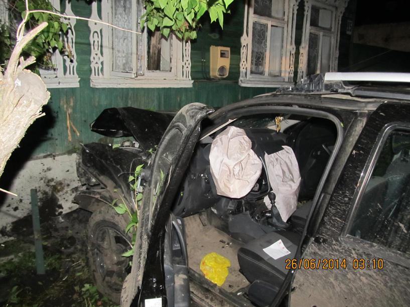 В Мичуринском районе кроссовер снес забор частного дома