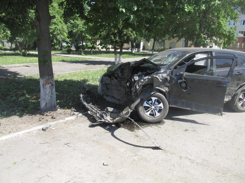 В Рассказово Nissan Qashqai сначала врезался в другую машину, а затем в дерево