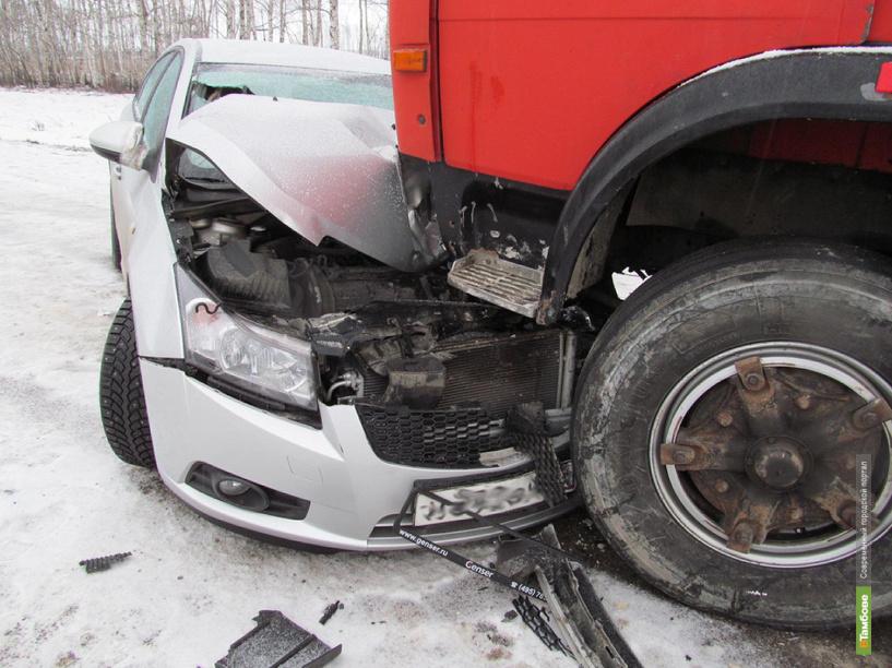 На скользкой дороге легковушку занесло, и она врезалась в грузовик