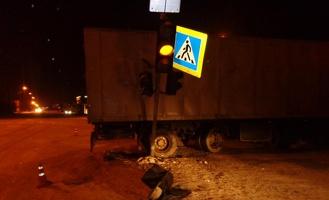 В Моршанске фура протаранила светофор и магазин