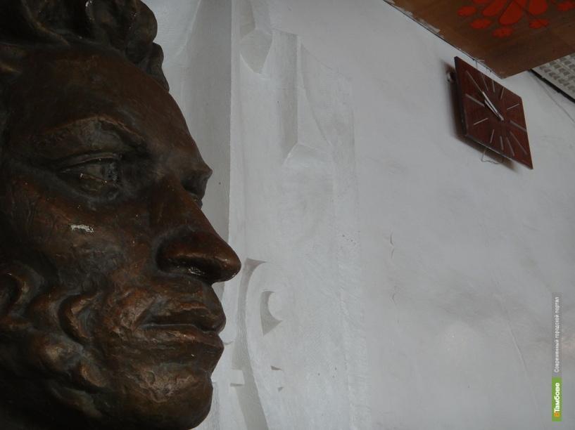 Бюст Пушкина после реставрации вернули в библиотеку имени поэта