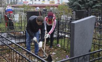 Волонтеры убрали воинские захоронения на Воздвиженском кладбище