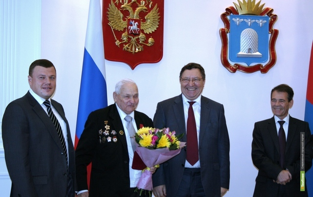 Олег Бетин наградил ветеранов Великой Отечественной войны