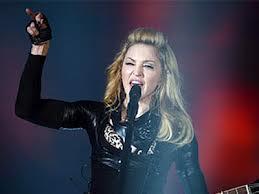 В Париже Мадонну закидали бутылками