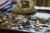 Житель Воронежа погасил долг восемью мешками мелочи