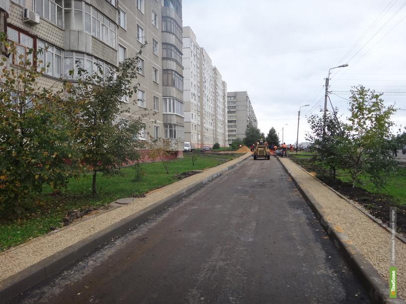 На улице Рылеева заново прокладывают тротуар