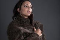 Британские дизайнеры создали пальто из волос с груди