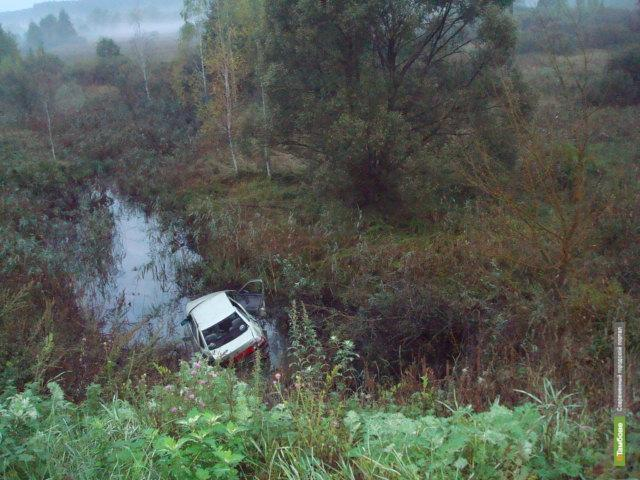 В Тамбовской области «десятка» с крутого обрыва свалилась в ручей