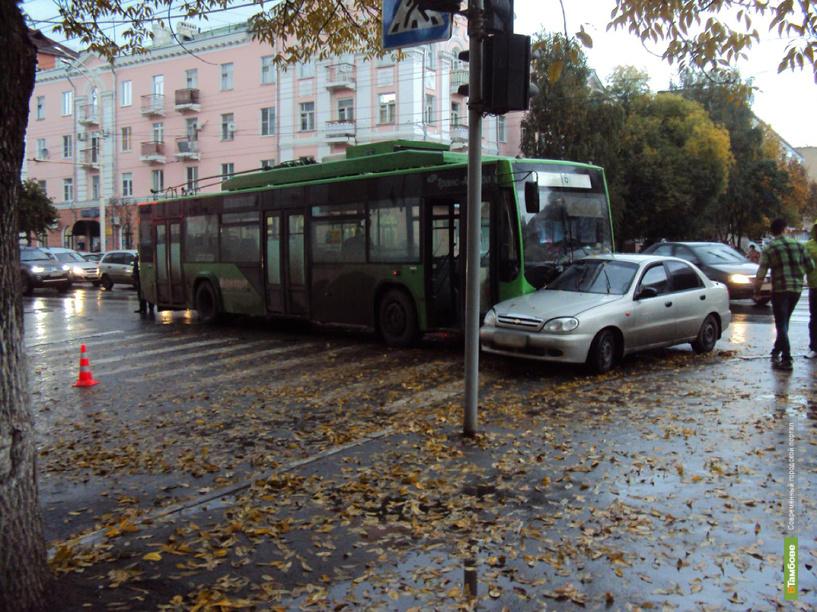В Тамбове троллейбус протаранил легковушку