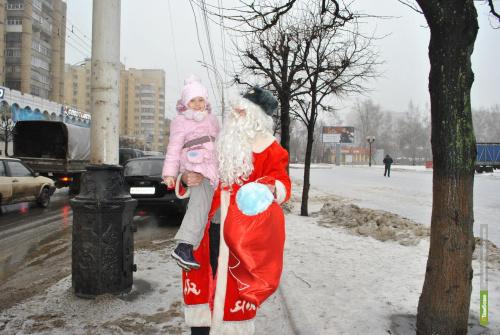 Юных участников дорожного движения поздравил полицейский Дед Мороз